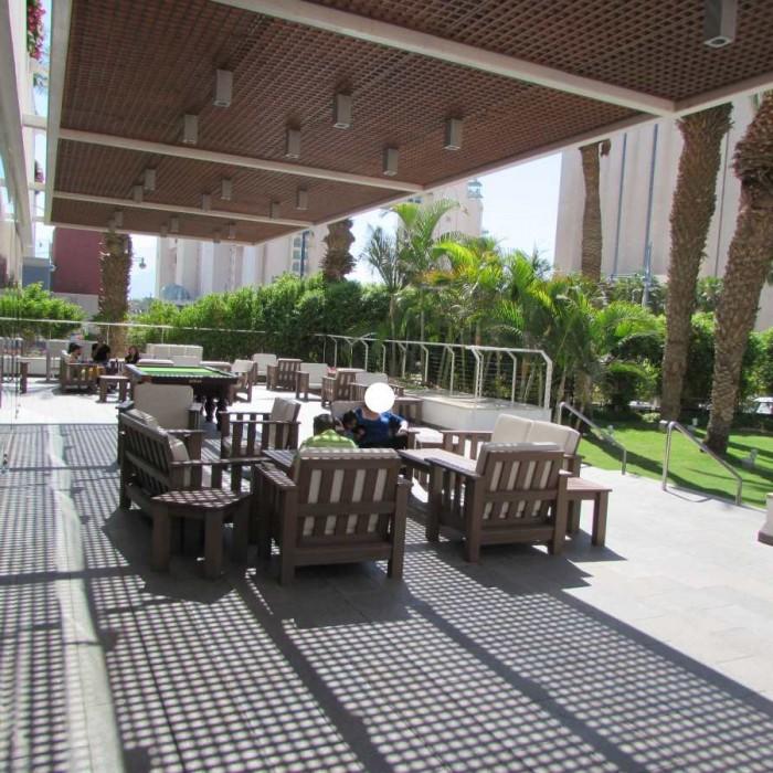 שטחי ישיבה חיצוניים מלון ישרוטל ספורט קלאב אילת