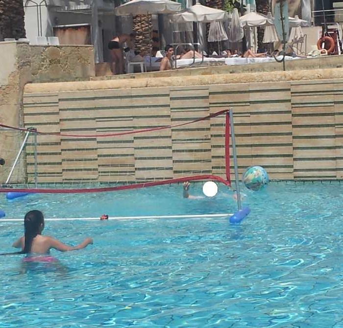המלון נותן משחקים כמו כדורעף מים - מהנה מלון ישרוטל ים סוף אילת