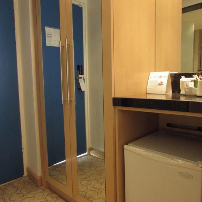 מקררון וארון החדר מלון ישרוטל ים סוף אילת