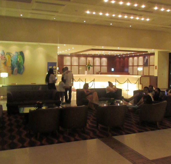 הכניסה למלון בלילה מלון המלך שלמה אילת
