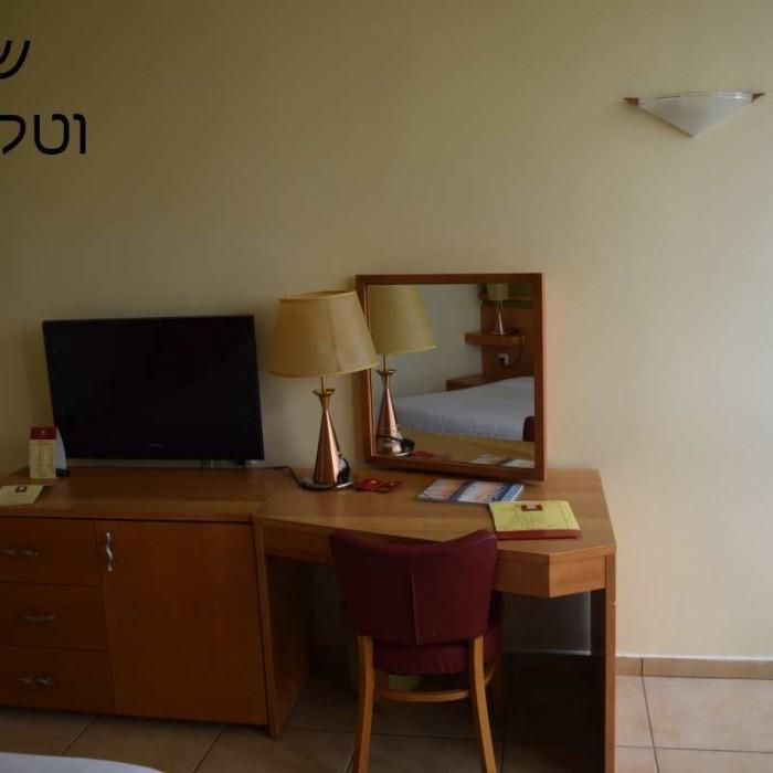 שולחן כתיבה, טלוויזיה החדר מלון לאונרדו קלאב אילת