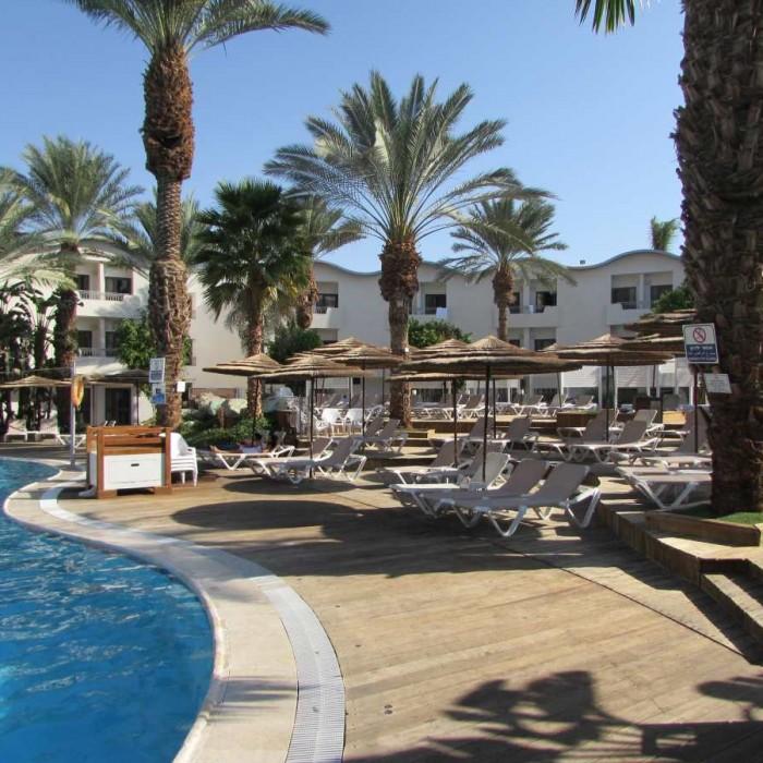 מקומות ישיבה ליד הבריכה מלון לאונרדו פריוילג' אילת