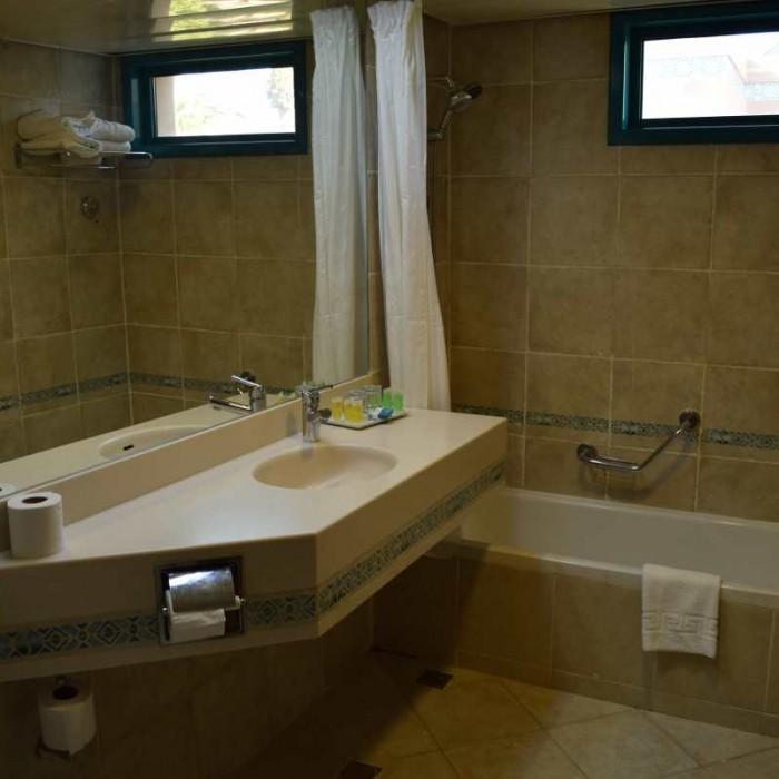 חדר אמבטיה חדר למשפחה מלון מג'יק סאנרייז קלאב אילת