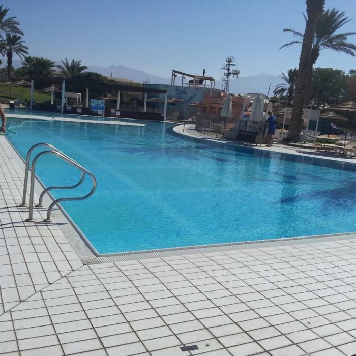 הבריכה מלון מג'יק סאנרייז קלאב אילת