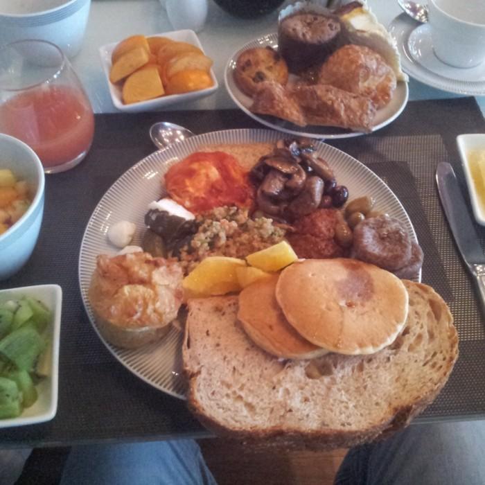 כמה מהמנות בארוחת הבוקר מלון רויאל ביץ תל אביב
