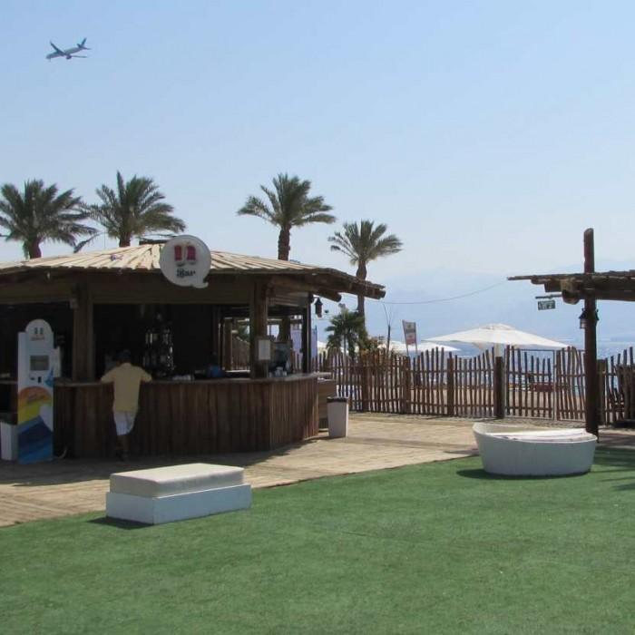 על המשטח הירוק ניתן לשחק כדורגל ויש גם טניס וכדורעף מלון יו קןרל ביץ אילת