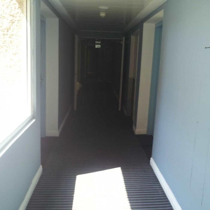 מסדרון בקומת החדרים מלון יו קןרל ביץ אילת