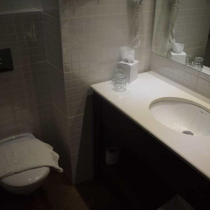 חדר אמבטיה מלון יו קןרל ביץ אילת