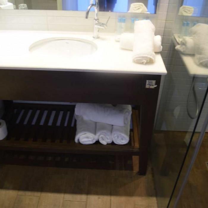 כיור המקלחת מלון יו קןרל ביץ אילת