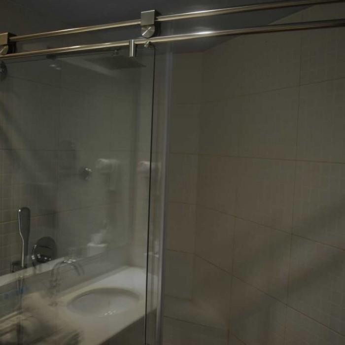 מקלחת מלון יו קןרל ביץ אילת
