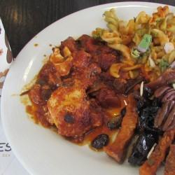 שקשוקה, פסטה, פירות יבשים מחוממים ארוחת בוקר מלון יו סוויטס אילת