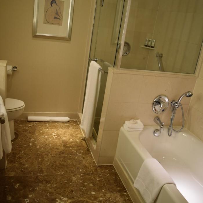 חדר האמבטיה מלון סופיטל ניו יורק