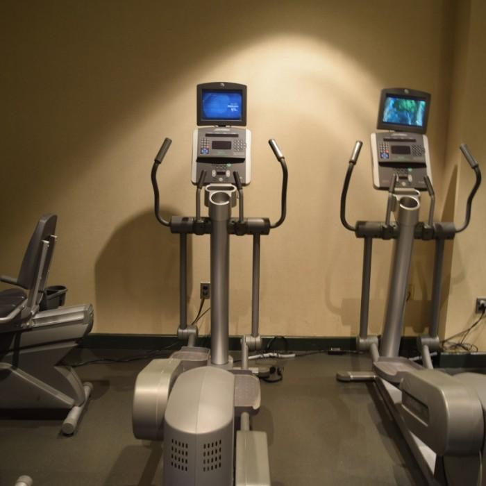 מכשירים ארוביים בחדר הכושר מלון סופיטל ניו יורק