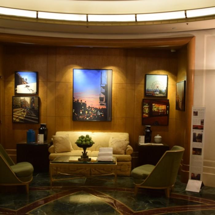 פינת ישיבה בלובי מלון סופיטל ניו יורק