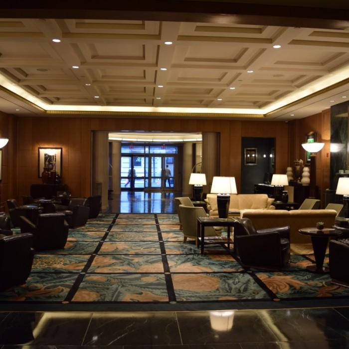 הלובי של המלון יפיפה ואלגנטי מלון סופיטל ניו יורק