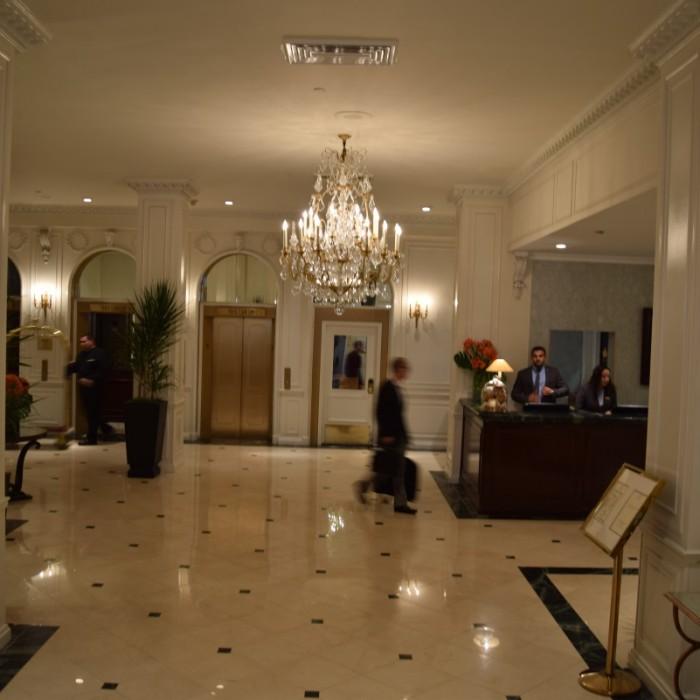 הכניסה, מבט מבחוץ פנימה מלון וורוויק ניו יורק
