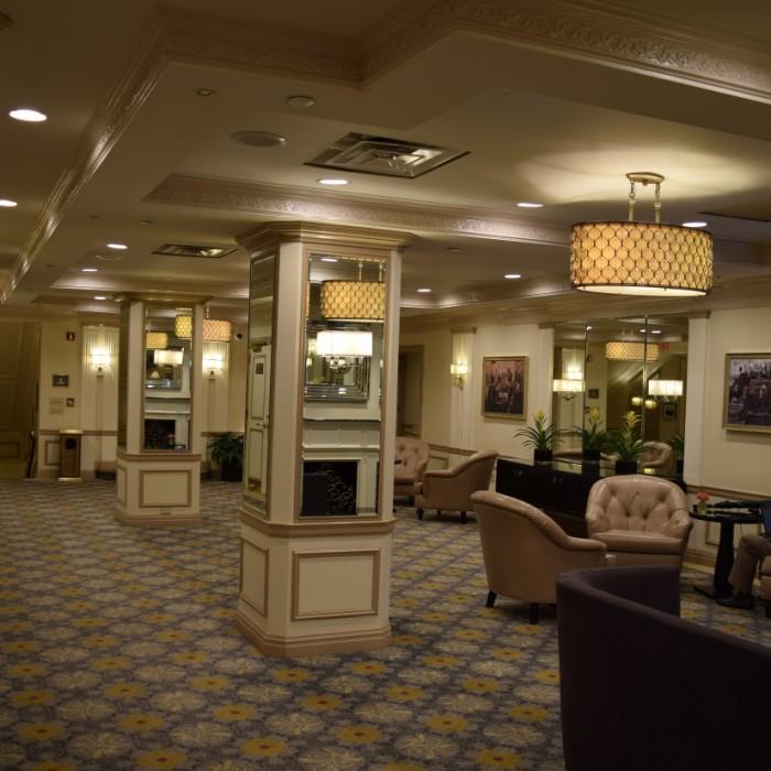 הלובי בקומה השניה מלון וורוויק ניו יורק
