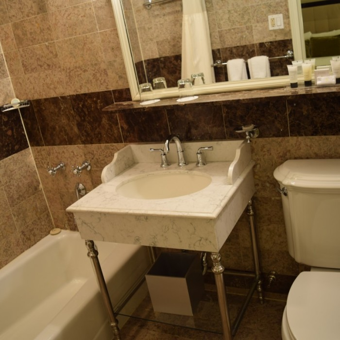 חדר האמבטיה מלון וורוויק ניו יורק