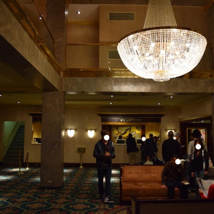 מלון סולידי אך עם תנועה - הלובי מלון וולינגטון ניו יורק